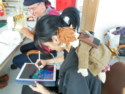 Gwalenn admirant le dessin de Pandora